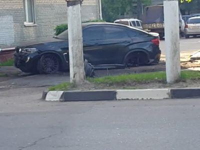 Сын депутата, на BMW X6 снесший остановку с людьми, свалил все на колесо