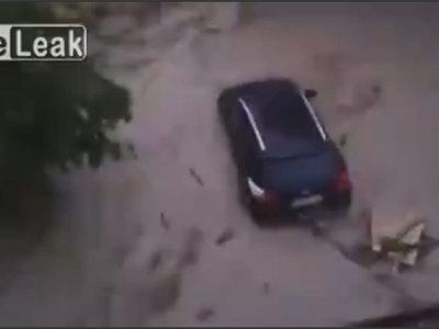 Наводнение в Германии: потоки воды смывают с улиц автомобили. Видео