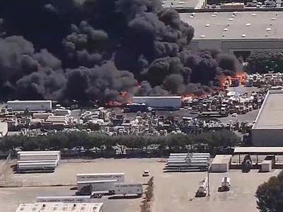 В Калифорнии пожарные борются с сильнейшим возгоранием на фабрике по переработке мусора