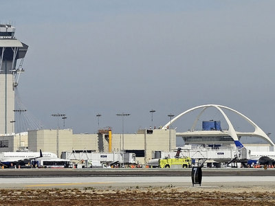 В аэропорту Лос-Анджелеса самолет столкнулся с буксиром