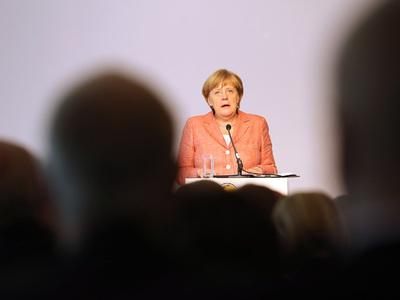 Меркель призвала избирателей и парламентариев встать на колени