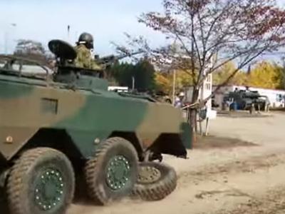 Японский БТР потерял колесо на демонтрационном показе. Видео