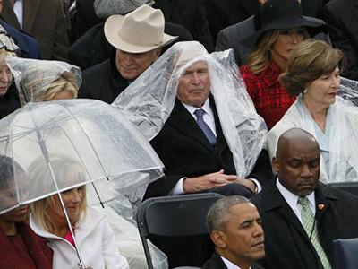 Битва Буша-младшего с дождевиком на инаугурации Трампа стала мемом в соцсетях