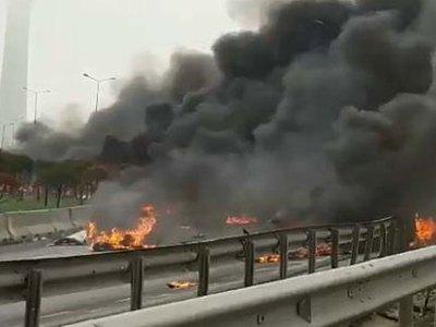 Пожарный вертолет не долетел до горящего здания в Стамбуле