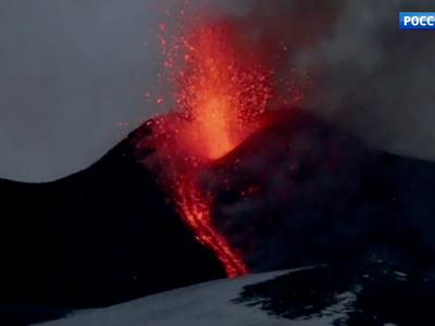 При извержении из нового кратера Этны пострадали 10 человек
