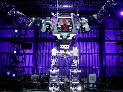 Главе Amazon дали порулить гигантским человекоподобным роботом