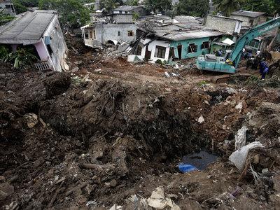 Число жертв мусорной горы возросло до 16