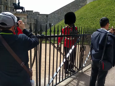 Королевский гвардеец накричал на туриста. Видео