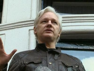 Ассанж заявил с балкона, что война только начинается