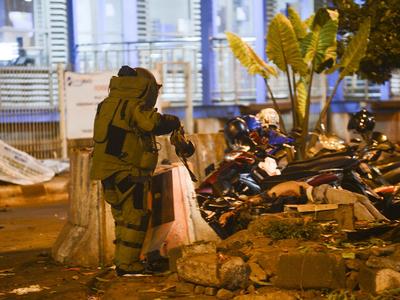 В результате двух взрывов в Джакарте погибли трое полицейских