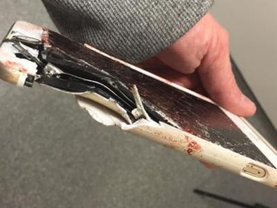 """Телефон спас посетительницу """"Манчестер Арены"""" от гибели при теракте"""
