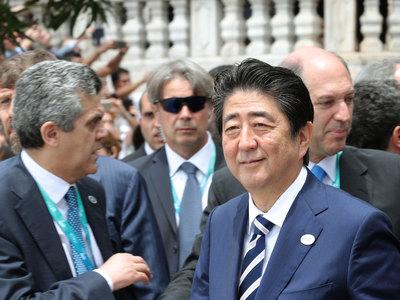 Президент Франции и премьер Японии обсудили сотрудничество с РФ