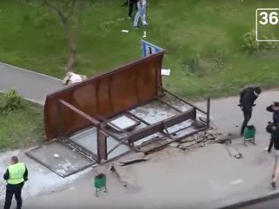 Ураганный ветер вырвал остановку из земли, убив человека. Видео