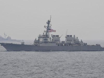 ВМС США: при столкновении эсминца и торгового судна погибших нет