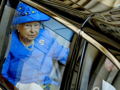 Елизавета II уволила личного секретаря из-за принца Чарльза