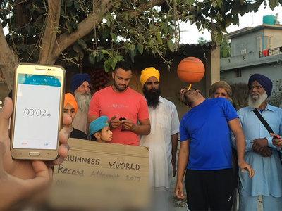 Индиец установил мировой рекорд по вращению мяча на зубной щетке