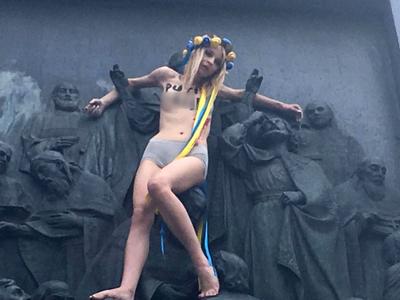 В Киеве активистка Femen в трусах забралась на памятник Владимиру в Киеве. Видео