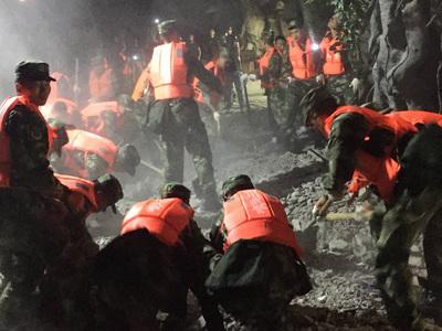 Землетрясение в Китае: под завалами отеля могут оставаться туристы