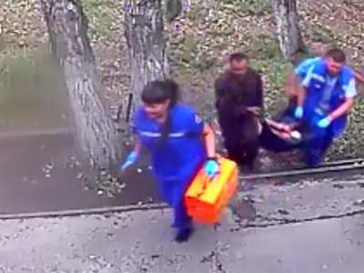 Медведь откусил руку пьяному посетителю кафе, который решил его покормить. Видео