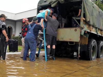 """Священник успокаивал жертв урагана в """"Твиттере"""", но не впустил в церковь"""