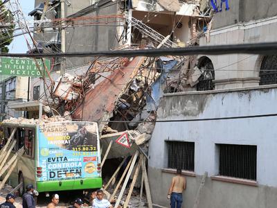 38 рухнувших зданий: Мехико стало трясти сразу после учебной тревоги