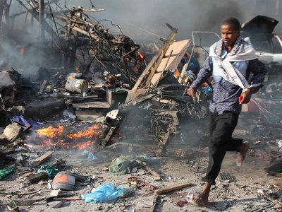 Число погибших в результате взрыва в Могадишо продолжает расти