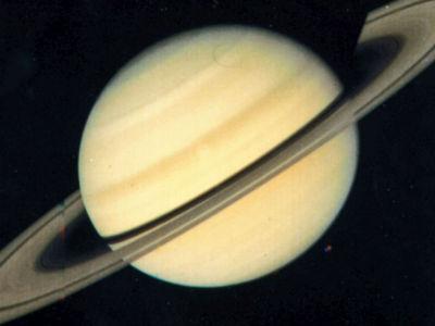 Кольца Сатурна разбрасывают вокруг себя органические вещества