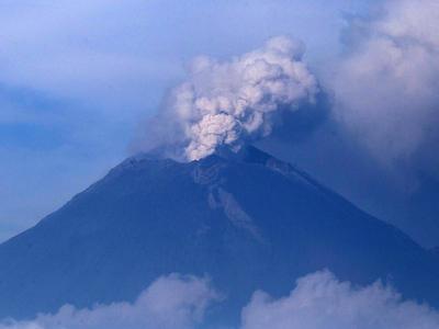 В Центральной Мексике снова проснулся вулкан Попокатепетль