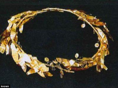 Шотландцу придется вернуть полученную в наследство золотую корону