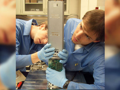 """Студенческий микроспутник поймал в радиационных поясах Земли """"неуловимые"""" электроны"""