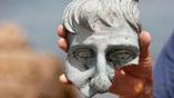 Фрагмент бронзовой статуи человека в натуральную величину.