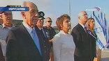 Сотни людей, включая бывших видных политиков, послов иностранных государств, артистов встречали вновь избранного главу еврейского государства