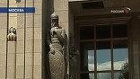 И даже сохраненные по просьбе архитекторов древнерусские воины на фасаде выглядят, как карикатура