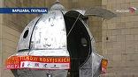 """У входа - символ кинофорума, спутник. И словно в такт с устроителями шутит главный гость фестиваля - режиссер Никита Михалков: """"Меня как с самолета сбросили с парашютом в Варшаву"""""""