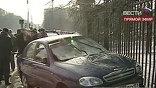 В Москве, возле одного из корпусов МГУ, автомобиль выехал с дороги на тротуар и начал давить пешеходов