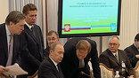 """Слишком много острых вопросов. И понятно, что газовый - самый непростой. Вот за минуту до начала к Путину подходит глава """"Газпрома"""": какие-то последние уточнения."""