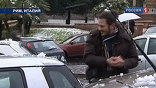 Судя по тому, с какой жадностью итальянский студент зачищает крыши автомобилей, он ни разу в жизни не видел снега