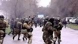 Сразу в нескольких областях Киргизии, а также столице республики объявлено чрезвычайное положение. Страна охвачена массовыми протестами оппозиции
