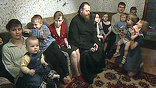 Обычный московский многоэтажный дом. Целый этаж занимает одна семья - матушка Елена и отец Борис, шестнадцать детей