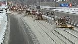 Чтобы город окончательно не встал, на уборку улиц вывели почти 15 тысяч снегоуборочной техники. Московскую кольцевую автодорогу обметают от снега дважды в день . Если бы ещё и её не убирали, столица вообще замерла бы на несколько часов.