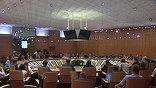 Студенты в интерьерах здания правительства Москвы, где проходила встреча, поначалу чувствовали себя слегка скованно. Но затем освоились, и подарили Андрею Фурсенко на память о встрече каску - символ стройотрядовского движения.
