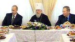В трапезной - резиденции предстоятеля Украинской православной церкви - шоколад и пирожные