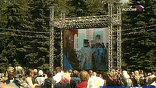 Чтобы богослужение смогло увидеть как можно больше людей, на площади установили большие плазменные экраны