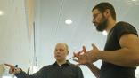 Генетик Джошуа Эйки (слева) со своим аспирантом Бенджамином Вернотом обсуждают модели эволюции человека