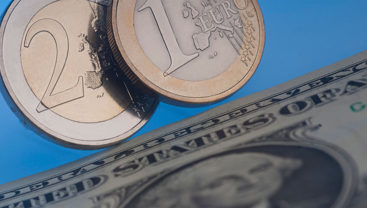 Решение ЦБ заставило подешеветь доллар и евро