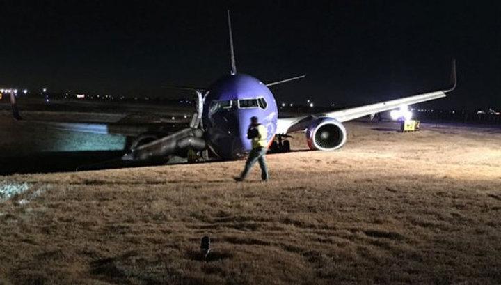 На острове Суматра 2 человека пострадали при жесткой посадке самолета