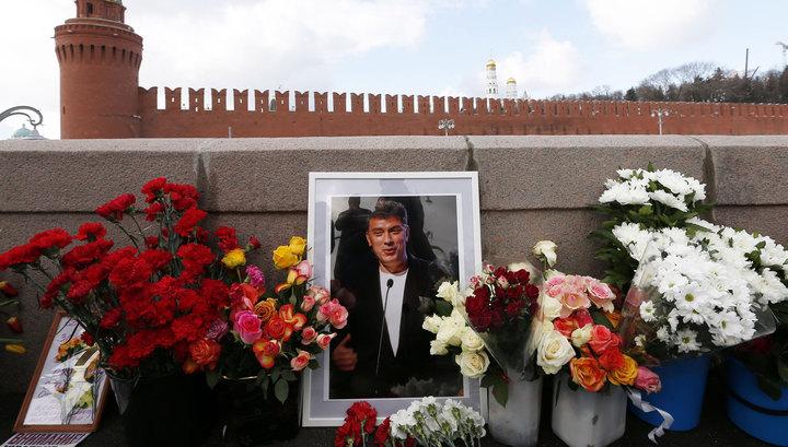 На доме Немцова открыли мемориальную доску