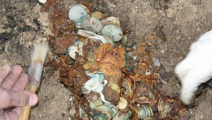 Археологи: Найденный вПскове клад драгоценностей мог принадлежать Плюшкину