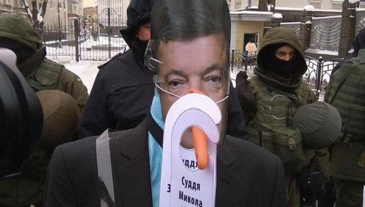 Сторонники Саакашвили проводили зиму, спалив чучело Порошенко