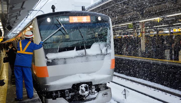 Две тысячи японцев ночевали в поездах из-за снегопада